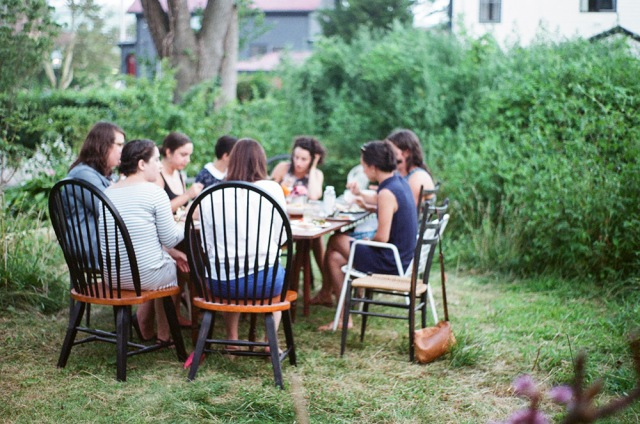 Potluck in the Midst of the Unkempt Garden | Hope State Style | Photography by Caroline Goddard